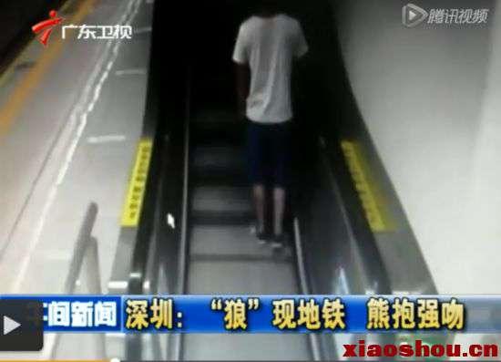 """该案曝光后引发了社会的高度关注,公安机关迅速对该案立案侦查,7月25日,涉案男子归案。据介绍,犯罪嫌疑人王某博,今年22岁,刚来深圳不久。而被""""强吻""""的少女还是一名未成年的初中生,因此事受到了一定的惊吓。公安机关查明,王某博当天离开地铁站后又乘上了开往双龙站的地铁,在地铁列车上,其发现被害人吕某独行,于是就上前多次对其搂抱。"""